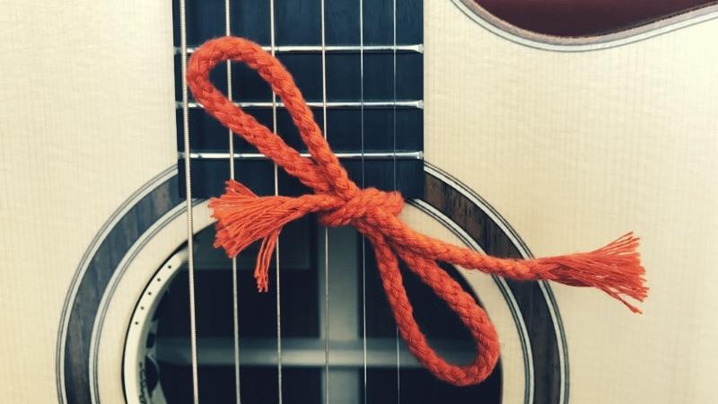 Gitarre mit Schleife